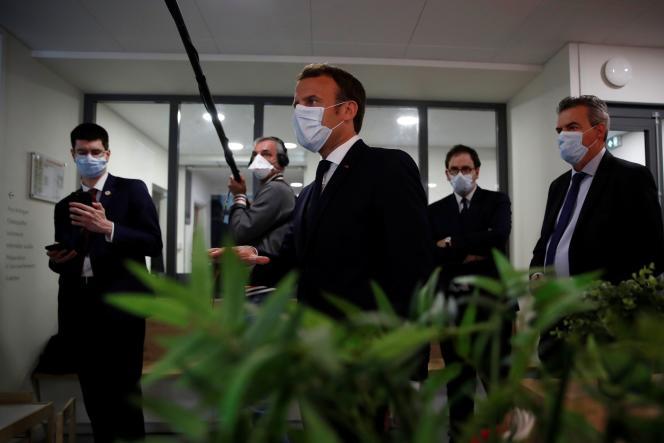 Emmanuel Macron s'entretient avec des professionnels de la santé, lors d'une visite dans un centre médical,le 7 avril à Pantin (Seine-Saint-Denis).