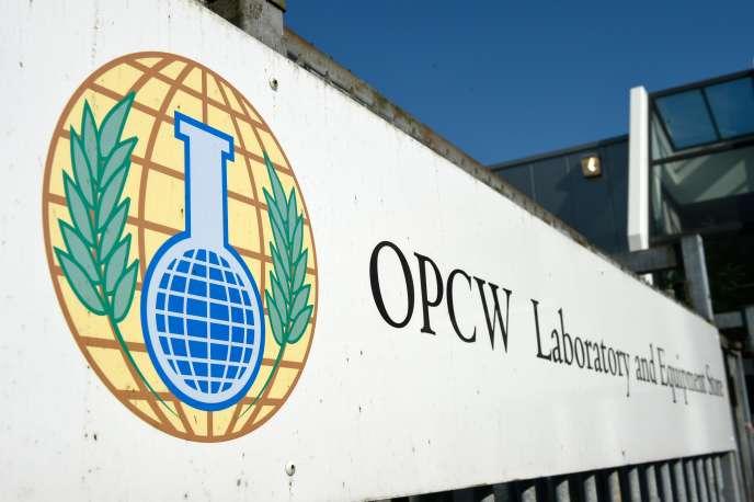 Devant le siège de l'Organisation pour l'interdiction des armes chimiques (OIAC), à La Haye, le 20 avril.