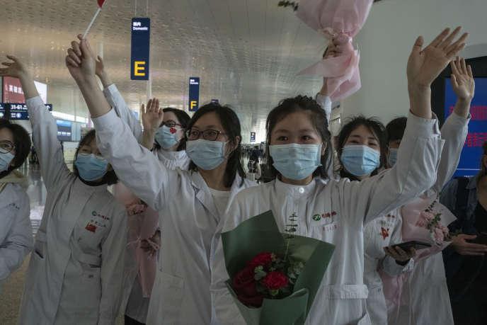 A l'aéroport de Wuhan, des médecins disent au revoir aux étudiants de l'université de médecine de Jilin venus leurs prêter main-forte au coeur de l'épidémie. Des adieux minutieusement mis en scène.