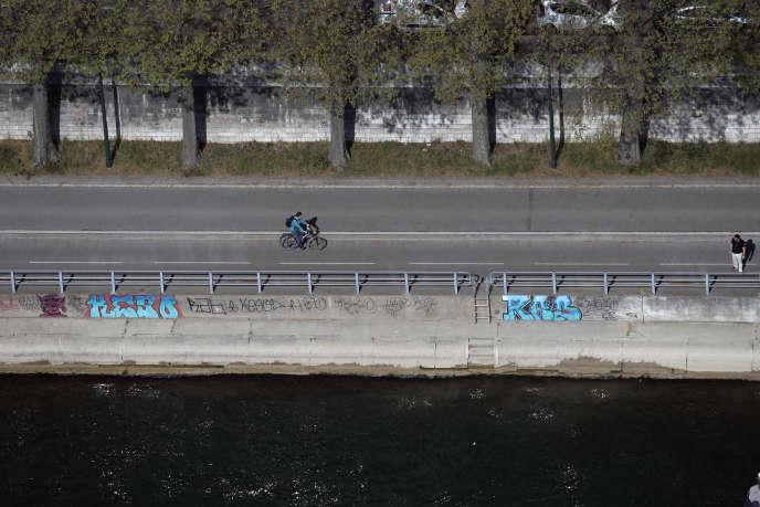 Sur la piste cyclable des voies sur berges le long de la Seine, à Paris, le 8 avril.