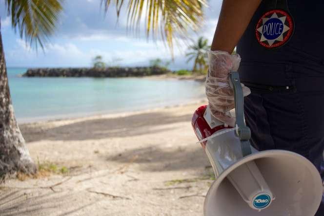 La plage de la Datcha, au Gosier (Guadeloupe), fermée pour prévenir la propagation du Covid-19, le 20 mars.