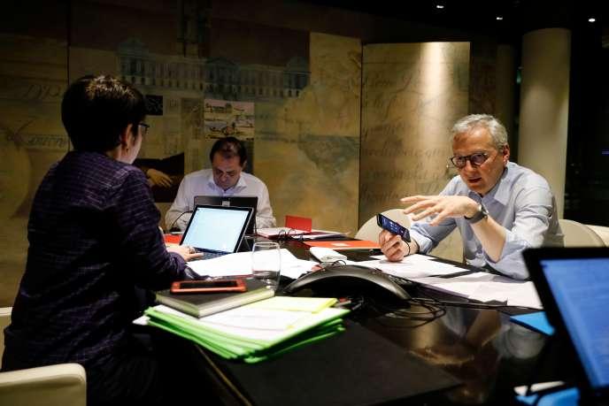 Le ministre français de l'économie et des finances, Bruno Le Maire, en discussion téléphonique avecMario Centeno, le président de l'Eurogroupe, le7 avril, à Paris.