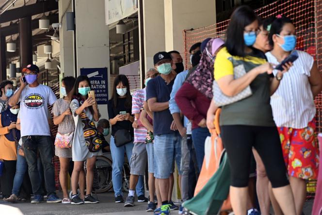 La cité-Etat de Singapour connaît, depuis début avril, une deuxième vague de contaminations au Covid-19. Ici, une file d'attente devant le marché Geylang Serai, le 8 avril 2020.