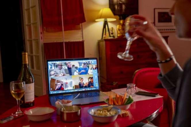 Pour maintenir les liens sociaux des Français prennent l'apéritif par visioconférence. AParis, le 20 mars.