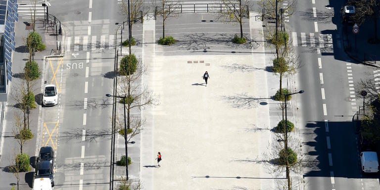 This aerial picture taken on April 4, 2020, shows an almost deserted street in Bordeaux, southwestern France, on the nineteenth day of a lockdown in France aimed at curbing the spread of the COVID-19 infection caused by the novel coronavirus. / AFP / NICOLAS TUCAT