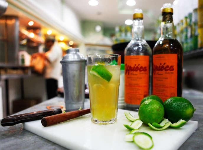 La cachaça est la base de la caïpirinha, le cocktail qui fait partie depuis 2019 du patrimoine culturel immatériel de Rio de Janeiro.