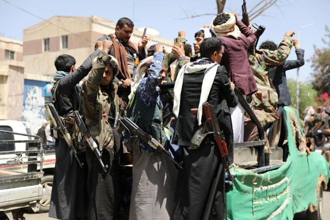 Des rebelles houthistes près d'un hôpital de Sanaa, le 8 avril.