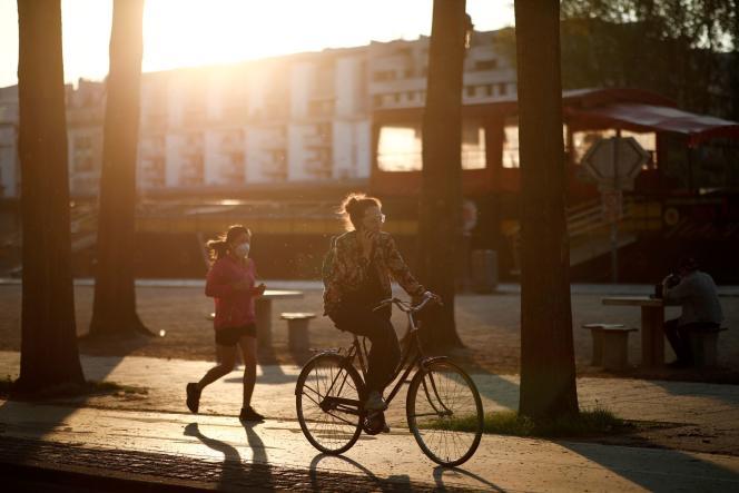 Une cycliste, quai de la Loire, à Paris, le 9 avril.