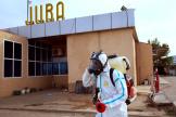 Un agent désinfecte l'aéroport de Juba, le 3avril 2020.