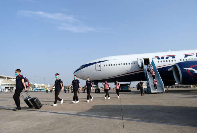 Des médecins chinois arrivent à l'aéroport d'Abuja, le 8avril 2020, pour conseiller les autorités nigérianes dans la lutte contre le coronavirus.