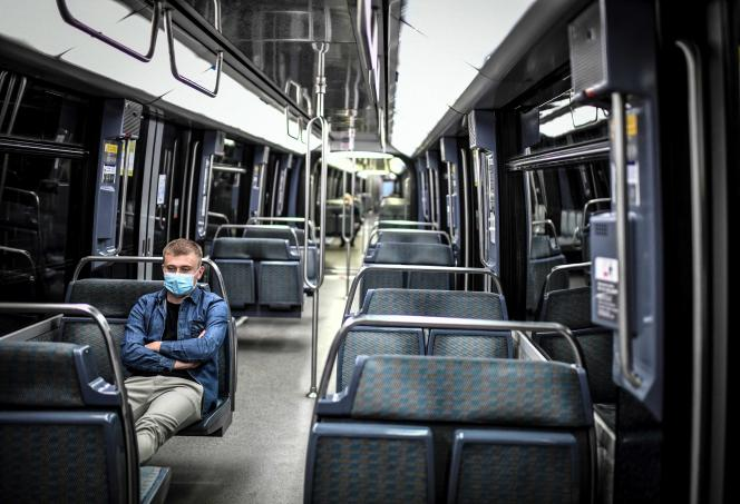 Un voyageur dans le wagon d'un métro, à Paris, le 8 avril.