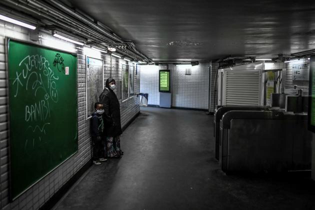 Des usagers dans une station de métro dans le sud de Paris, le 8 avril.