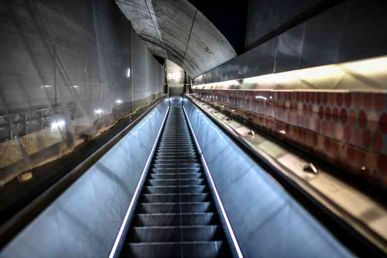 This picture taken on April 9, 2020 shows a deserted moving staircase at the Auber metro station in Paris on the 24th day of a lockdown in France aimed at curbing the spread of the COVID-19 disease caused by novel coronavirus.  / AFP / STEPHANE DE SAKUTIN