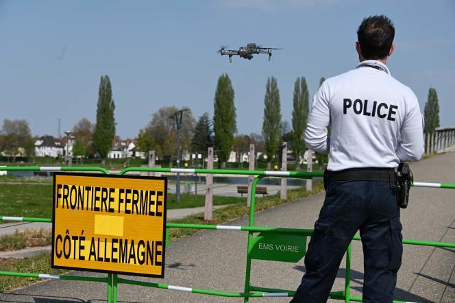 Un agent de police surveille la frontière entre la France et l'Allemagne au moyen d'un drone, à Strasbourg, le 9 avril.