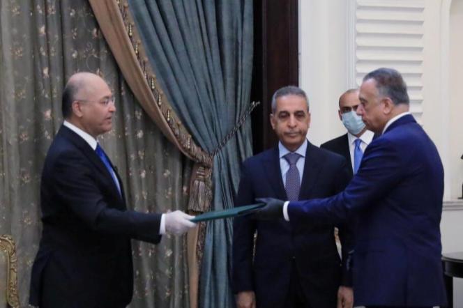 Le président irakien, Barham Salih (à gauche) investit l'ancien chef du renseignement, Mustafa Al-Kadhimi, premier ministre du pays, à Bagdad, le 9 avril.