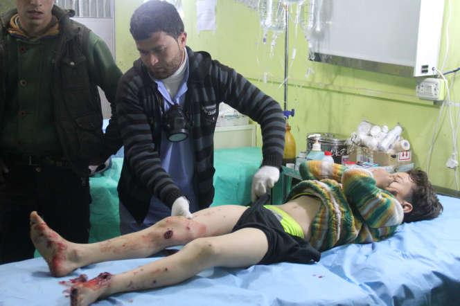 Un enfant hospitalisé après une attaque à l'arme chimique à Khan Cheikhoun, le 4 avril 2017.