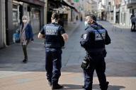 Une patrouille de police dans le centre de Sceaux (Hauts-de-Seine), alors que le maire a décrété le port du masque obligatoire, le 8 avril.
