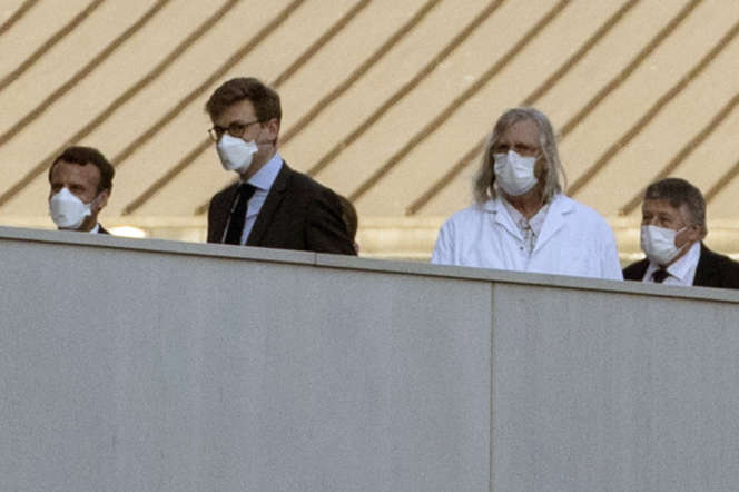 Emmanuel Macron (gauche) et Didier Raoult (centre), à l'Institut hospitalo-universitaireMéditerranée infection, à Marseille, le 9 avril.