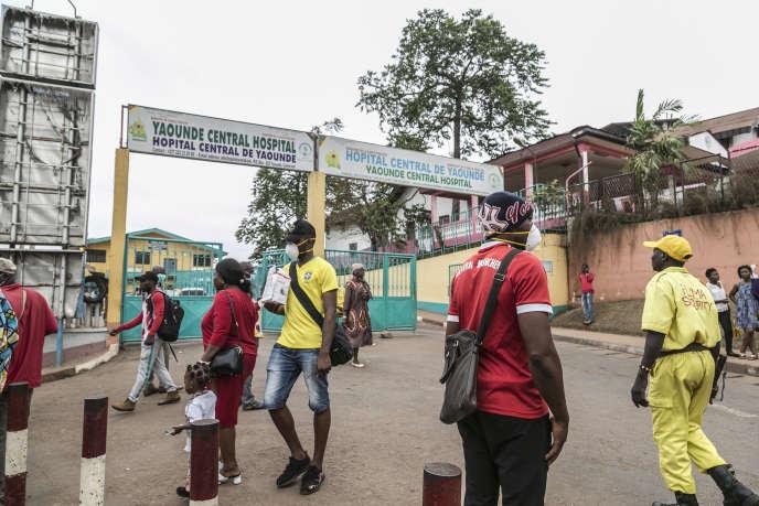 Devant l'entrée de l'hôpital central de Yaoundé, le 6 mars 2020.