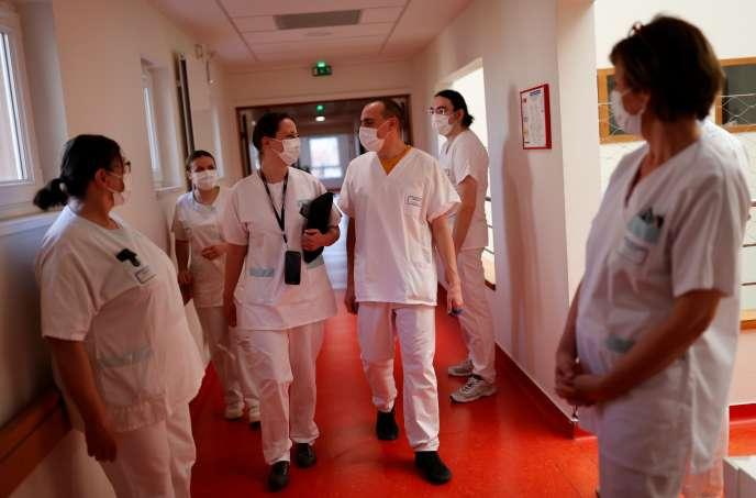 Le personnel soignant de l'hôpital départemental de Bischwiller, près de Strasbourg, pendant un confinement, 9 avril.