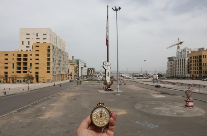 Une montre indique midi dans une rue proche de la place des Martyrs, le 31 mars à Beyrouth.