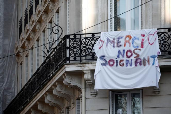 Une banderole de remerciements au personnel médical accrochée à un balcon parisien, le 23mars.
