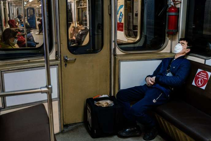 Un livreur dans le métro de Moscou, le 8 avril.