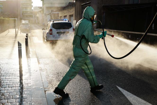 Plusieurs communes, dont Cannes (ci-dessus, le 10 avril), ont lancé une opération de désinfection de leurs rues, mesure qu'ont déconseillé, mercredi, les autorités de santé, arguant de l'absence de preuves scientifique de l'utilité d'une désinfection et de potentielles conséquences néfastes pour l'environnement.