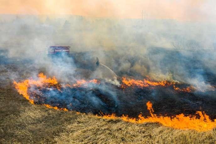 Les pompiers luttent contre les flammes, le 10 avril.