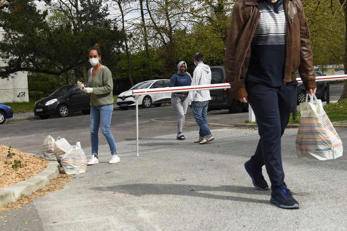 Des étudiants bordelais distribuent de la nourriture dans une résidence universitaire à Pessac, le 1eravril 2020.