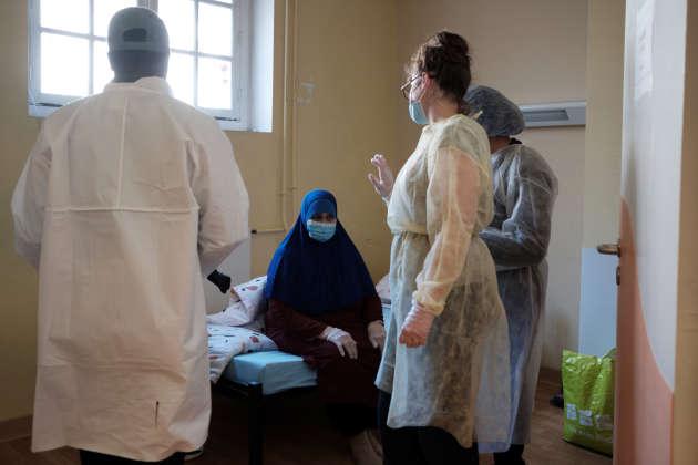 Une femme atteinte du Covid-19, à son arrivée au centre d'hébergement d'urgence pour femmes vulnérables, le 7 avril à Paris.