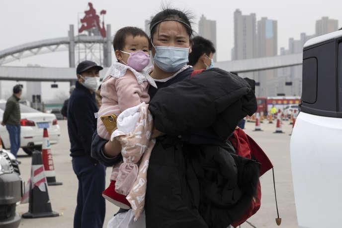 Une résidente de la ville chinoise de Wuhan, sur le point de sortir de la ville, déconfinée le 8 avril.
