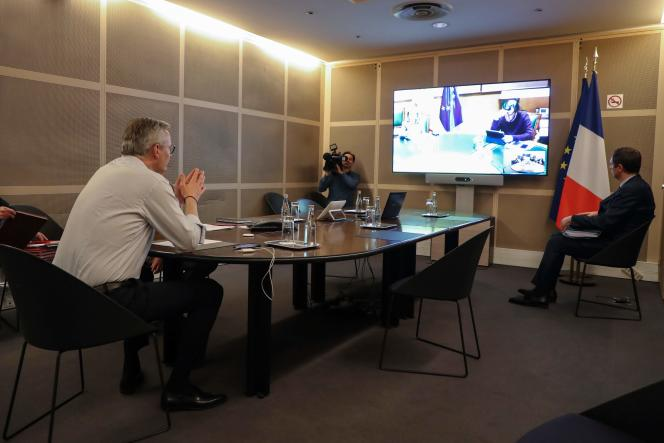 Le ministre français de l'économie Bruno Le Maire participe à une réunion de l'Eurogroupe depuis son bureau parisien, le 9 avril.