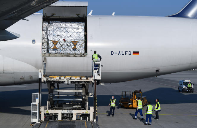 Des employés déchargent un avion-cargo de la compagnie Lufthansa venu de Shanghaï et transportant 8 millions de masques de protection contre le coronavirus, à son arrivée à l'aéroport international de Munich, le 7 avril.
