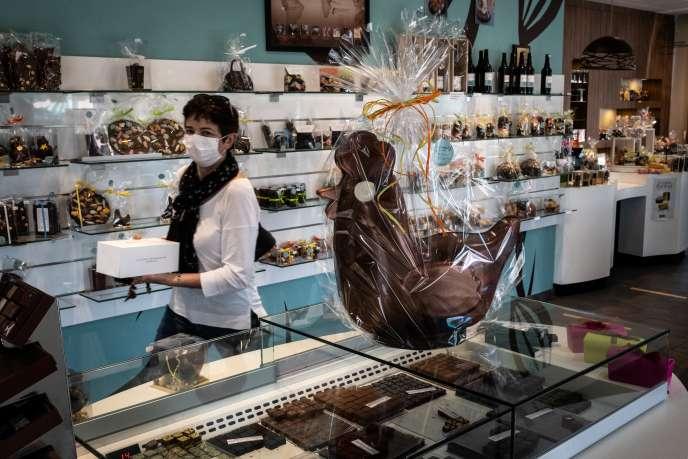 Dans une boutique du pâtissier-chocolatier Didier Girard, à Vourles (Rhône), près de Lyon, le 7 avril.