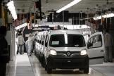Des employé de Renault travaillent sur une ligne d'assemblage, à l'usine de Maubeuge (Nord0, en 2018.