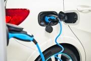 Une voiture électrique et sa prise de recharge.