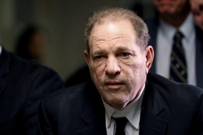 Harvey Weinstein, à sa sortie du tribunal correctionnel au premier jour de son procès pour agression sexuelle, à New York, le 6 janvier.