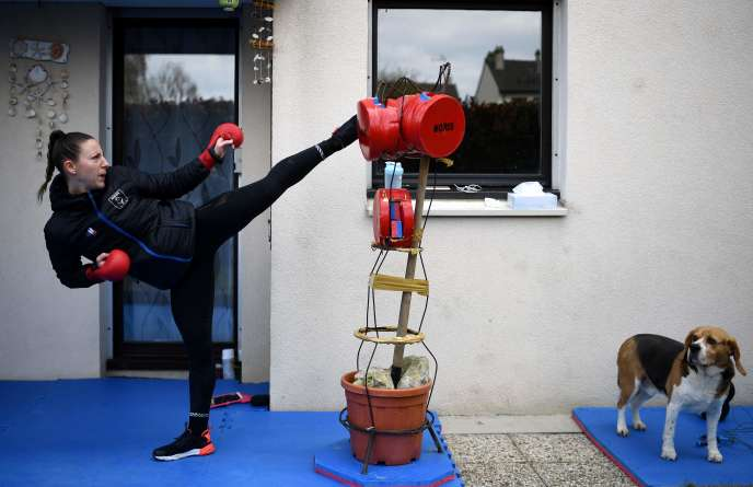 La quintuple championne du monde de karaté Alexandra Recchia, à l'entraînement dans son jardin, le 3 avril à L'Haÿ-les-Roses (Val-de-Marne).