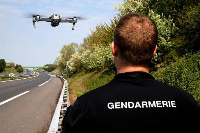 Un gendarme surveille le trafic routier sur l'autoroute26 entre Troyes et Châlons-en-Champagne, le 11avril.