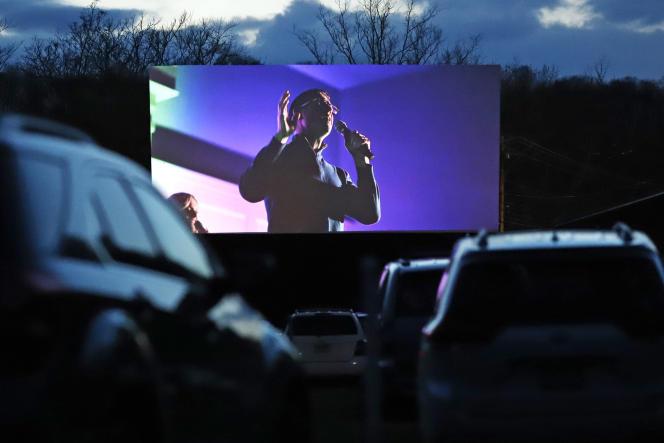 Lors de laprojection de la messe dans un cinéma de plein air, le 10 avril, à Vandergrift (Pennsylvanie).