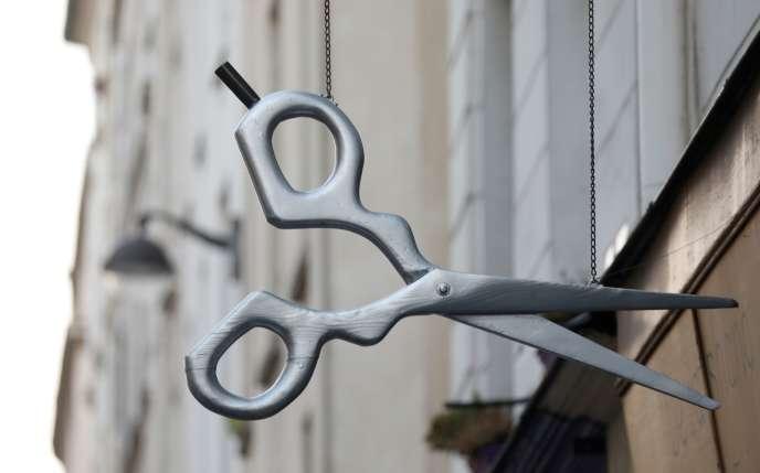 Une enseigne de coiffeur à Paris le 12 avril.