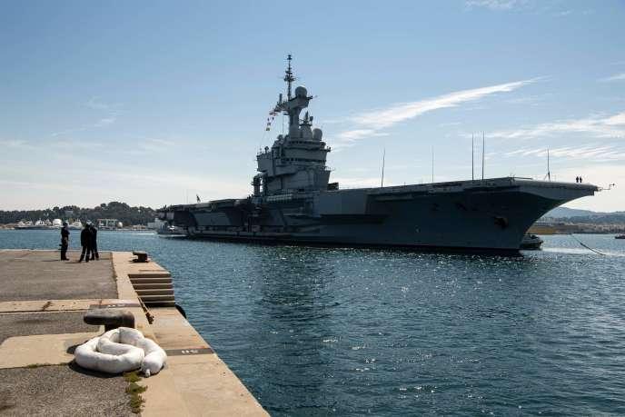 Le porte-avion Charles de Gaulles à Toulon, le 12 avril. Plus d'un tiers de ses marins a contracté le virus, probablement après une escale à Brest.