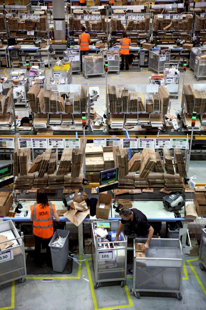 A l'intérieur du site de distribution d'Amazon à Saran, dans la banlieue d'Orléans (Loiret).
