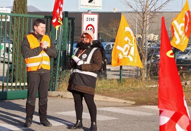 Le 5 février 2019 à Montélimar (Drôme), Des gilets jaunes, la CGT et la CFDT manifestent devant Amazon, qui veut licencier pour «faute grave» quatre personnes qui ont apporté leur soutien aux « gilets jaunes».
