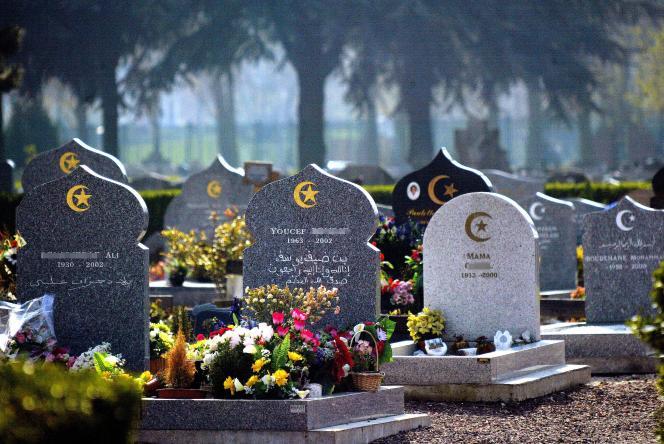 Des tombes musulmanes dans un cimetière de Lille, en avril 2003.