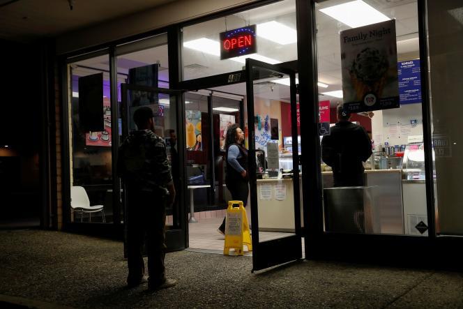 Des clients respectent les mesures de distance sociale pour acheter des glaces, le 29 mars à Monterey (Californie).