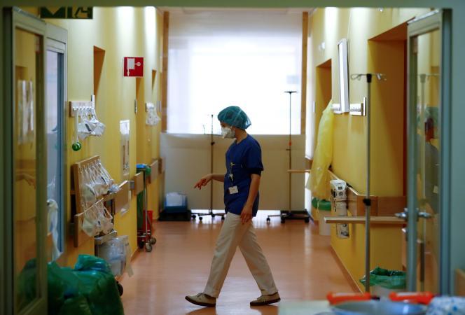 Un membre du personnel soignant dans l'unité de soins réservée aux patients malades du Covid-19 àl'hôpital Havelhoele de Berlin, le 6 avril.