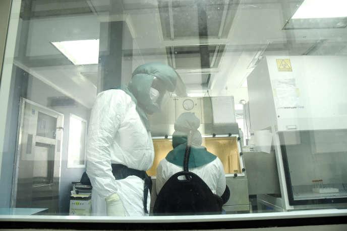 Des chercheurs de l'Institut Pasteur de Dakar travaillent sur le nouveau coronavirus dans un laboratoire sécurisé, le 3 février 2020.