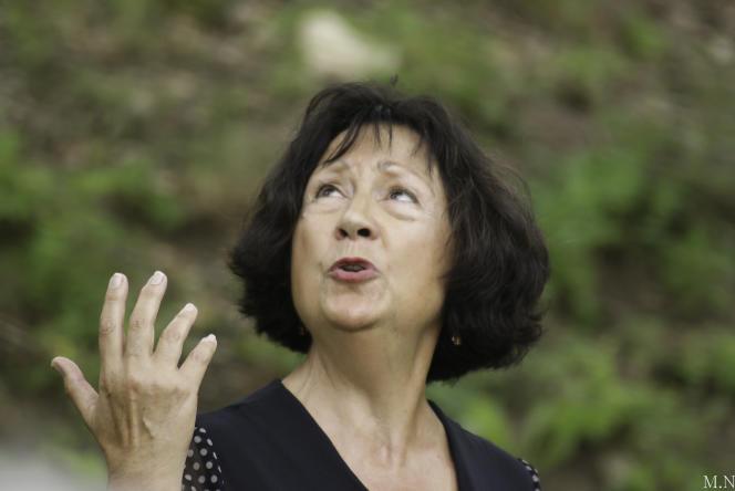 La conteuse Marie Tomas, au pied de son immeuble à Pau (Pyrénées-Atlantiques).